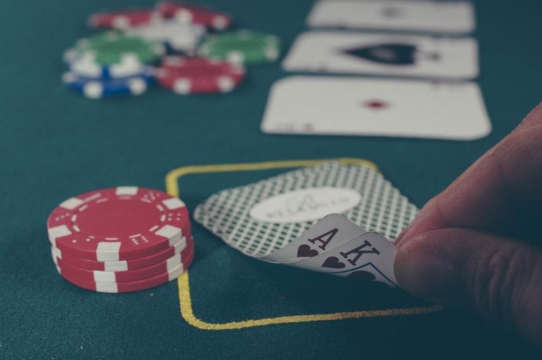 Ein Bild von Blackjack Karten auf einem Tisch